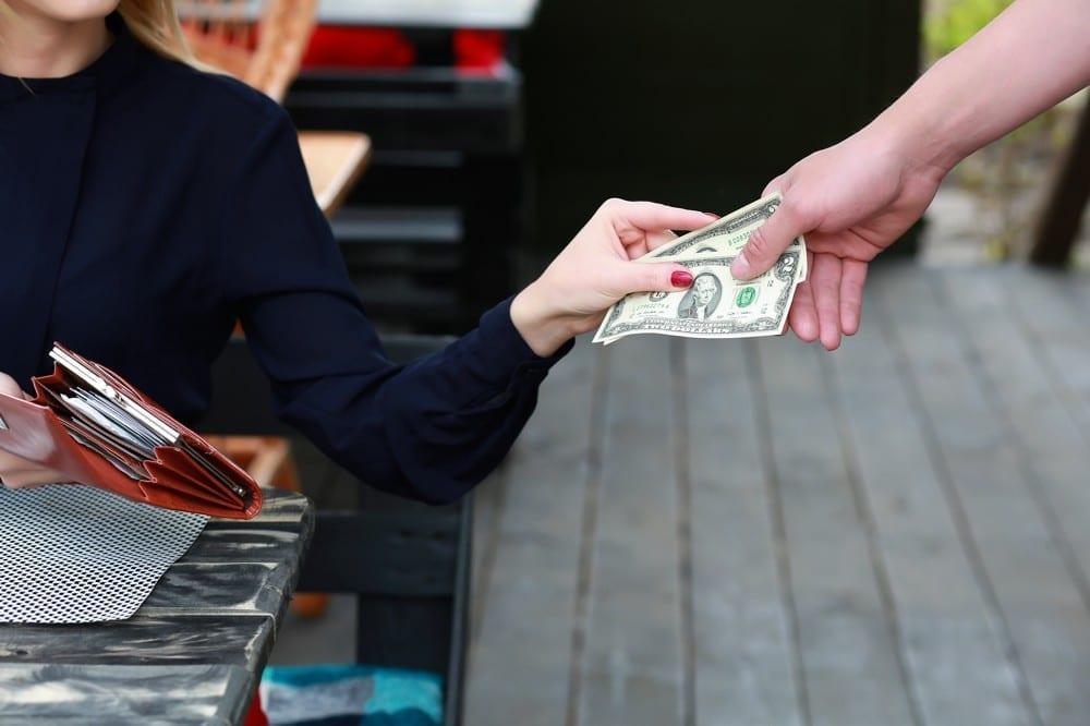Femme payant en billets by Mademoiselle M