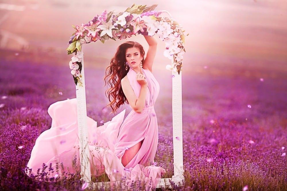 Rose femme fleurs dans bruyère by Mademoiselle M