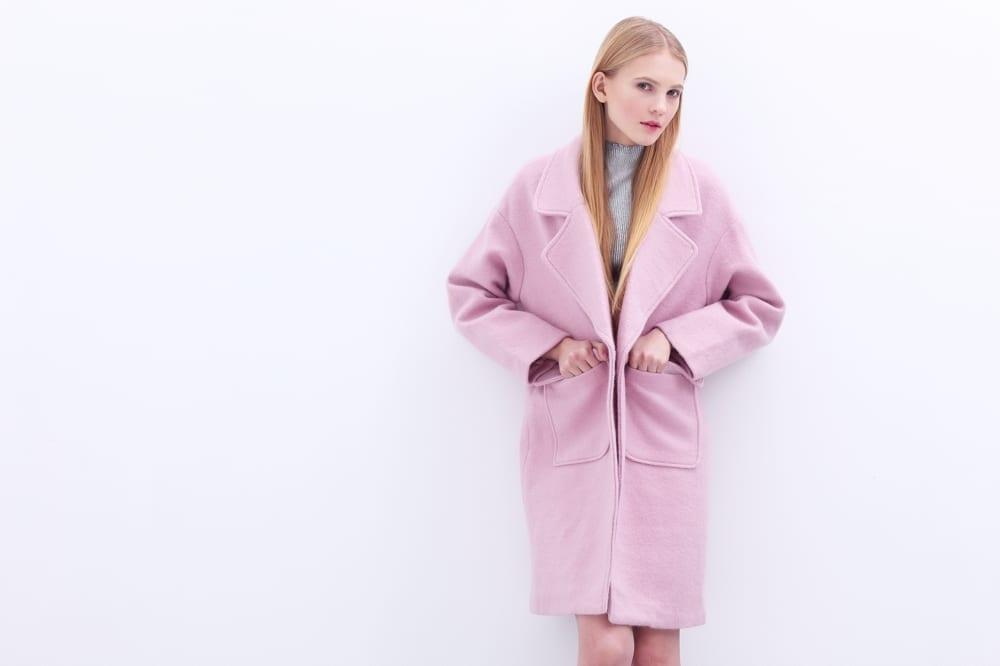 Premier rendez-vous amoureux avec un homme jeune fille en manteau rose - Mademoiselle M
