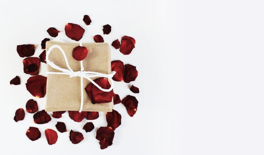 S'aimer cadeau pétales de rose by Mademoiselle M
