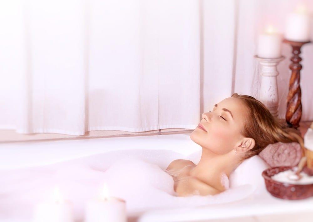 Soin de soi femme dans son bain by Mademoiselle M