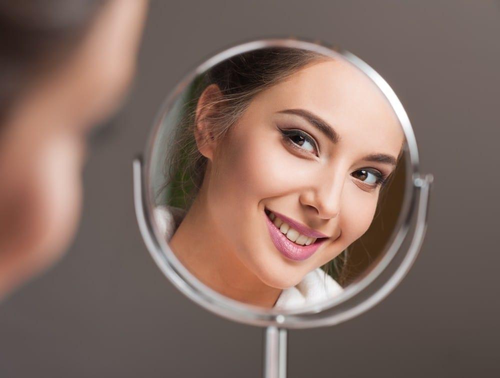 Comment-choisir-et-appliquer-le-fond-de-teint-femme-et-miroir-Mademoiselle-M