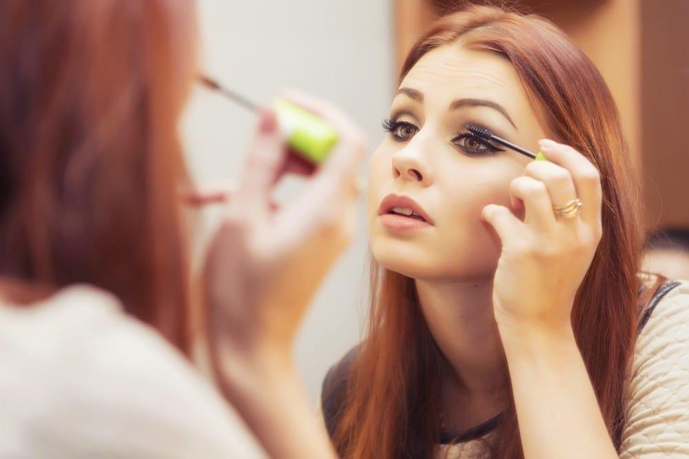 Rousse en train de se mettre du mascara by Mademoiselle M