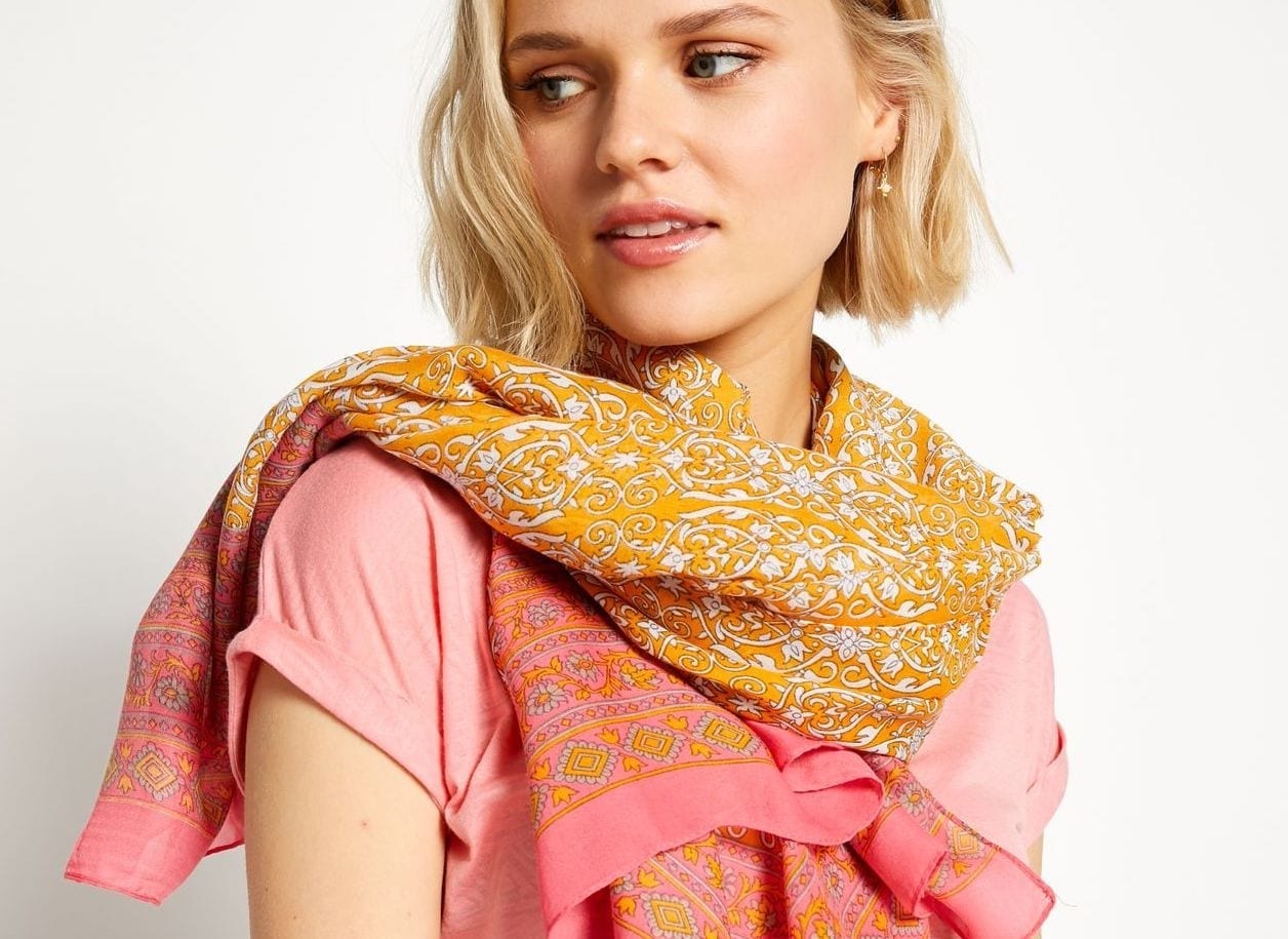 Comment-nouer-un-foulard-Mademoiselle-M-saumon