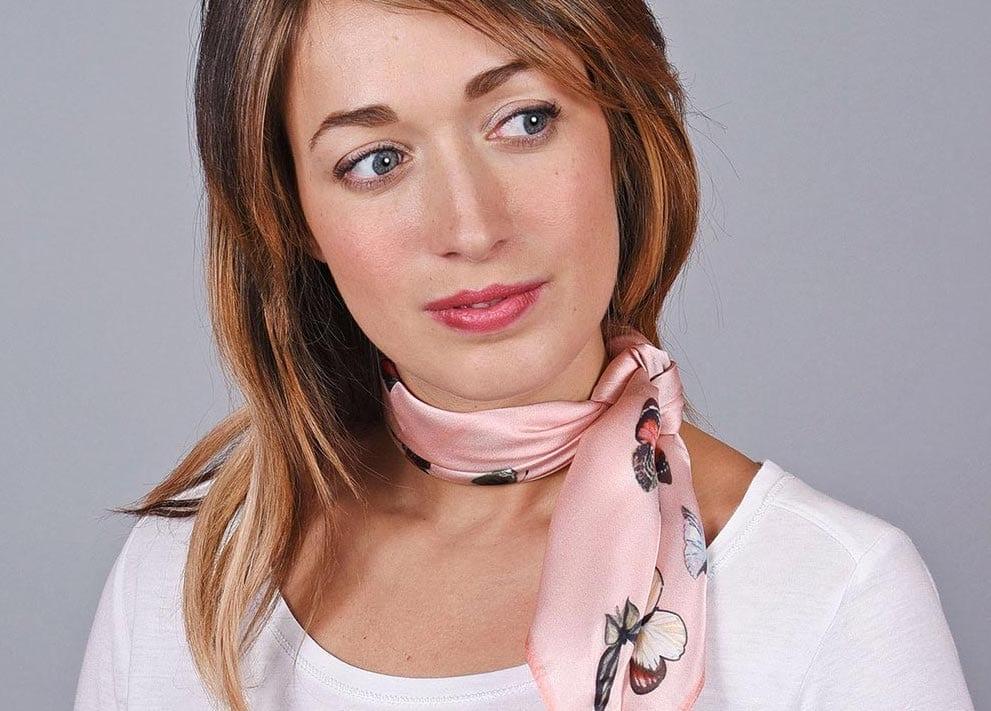 Comment-nouer-un-foulard-Mademoiselle-M-rose