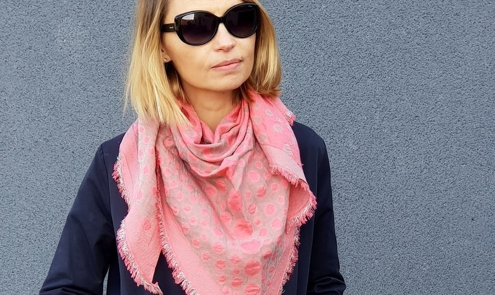 Comment-nouer-un-foulard-Mademoiselle-M-rose-et-marine