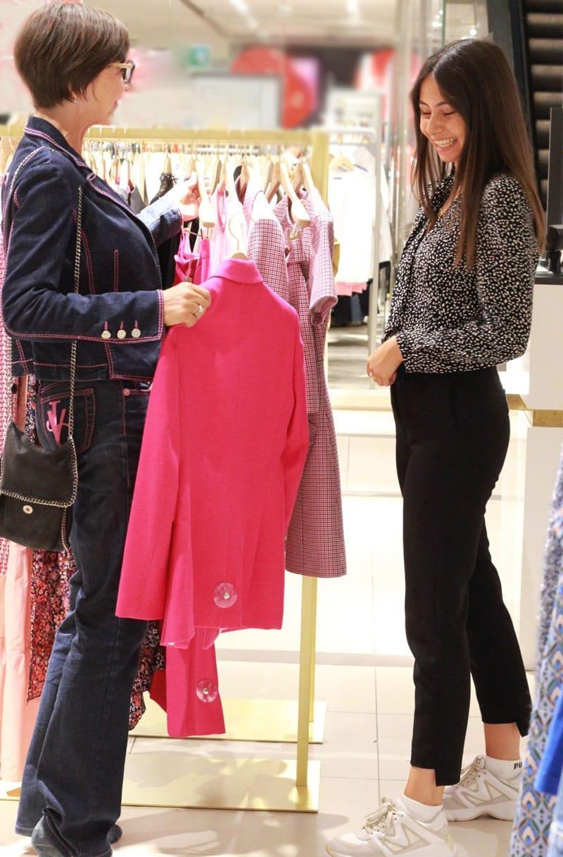 Myriam en plein conseil en image avec une cliente Suisse